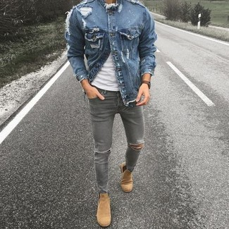 Comment porter: veste en jean bleue, t-shirt à col rond blanc, jean skinny déchiré gris, bottines chelsea en daim marron clair