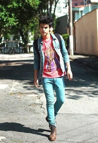 Comment porter: veste en jean bleu clair, t-shirt à col rond imprimé rouge, jean skinny bleu clair, bottes de loisirs en cuir marron