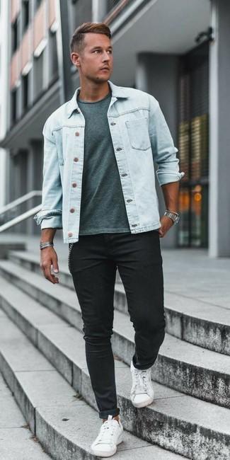 Comment porter: veste en jean bleu clair, t-shirt à col rond vert menthe, jean skinny noir, baskets basses en toile blanches