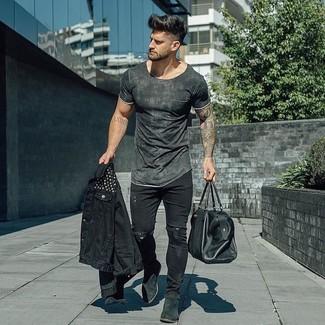 Comment porter: veste en jean noire, t-shirt à col rond gris foncé, jean skinny déchiré noir, bottines chelsea en daim noires