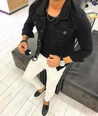 Comment porter: veste en jean noire, t-shirt à col rond noir, jean skinny blanc, mocassins à pampilles en cuir noirs