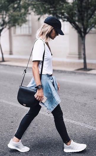 Comment porter: veste en jean bleue, t-shirt à col rond blanc, jean skinny noir, chaussures de sport grises