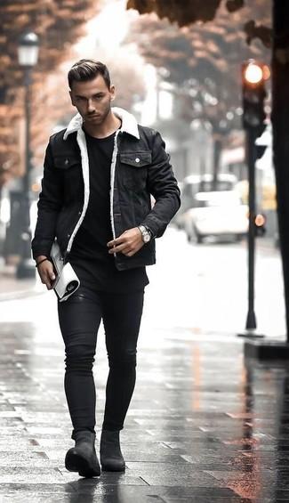 Comment porter: veste en jean noire, t-shirt à col rond noir, jean skinny noir, bottines chelsea en daim noires