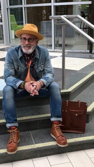 Comment porter: veste en jean bleue, t-shirt à col rond orange, jean skinny bleu, bottes de travail en cuir marron