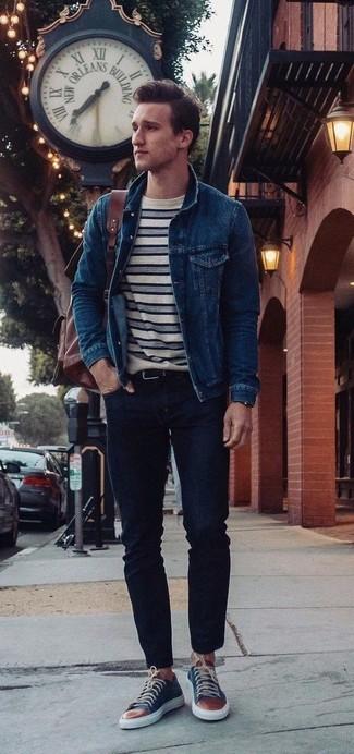 Comment porter: veste en jean bleu marine, t-shirt à col rond à rayures horizontales blanc et bleu marine, jean skinny noir, baskets basses en cuir bleu marine