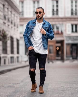 Comment porter: veste en jean bleue, t-shirt à col rond blanc, jean skinny déchiré noir, bottines chelsea en daim marron
