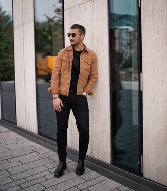 Comment porter: veste en jean tabac, t-shirt à col rond noir, jean skinny noir, bottines chelsea en cuir noires