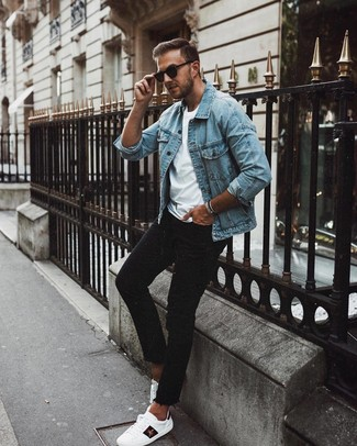 Comment porter: veste en jean bleu clair, t-shirt à col rond blanc, jean skinny noir, baskets basses en cuir imprimées blanches