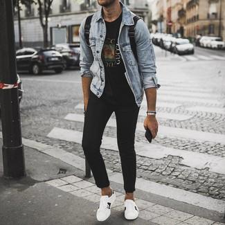 Comment porter: veste en jean bleu clair, t-shirt à col rond imprimé noir, jean skinny noir, baskets basses en cuir imprimées blanches
