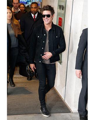 Comment porter: veste en jean noire, t-shirt à col rond imprimé gris, jean skinny noir, baskets basses noires