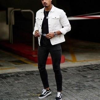 Comment porter un jean skinny avec des baskets basses à 20 ans: Pour une tenue aussi confortable que ton canapé, essaie d'associer une veste en jean blanche avec un jean skinny. Une paire de des baskets basses est une option astucieux pour complèter cette tenue.