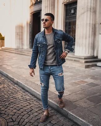 Comment porter une veste en jean bleue: Harmonise une veste en jean bleue avec un jean skinny déchiré bleu pour une tenue idéale le week-end. Une paire de des espadrilles en daim marron foncé ajoutera de l'élégance à un look simple.
