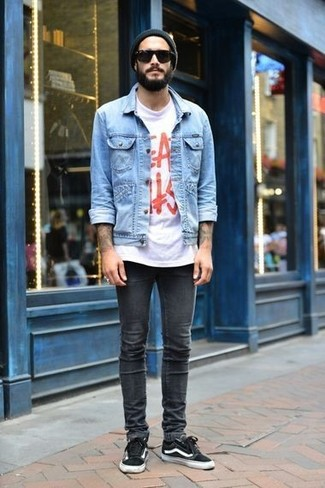 Comment porter: veste en jean bleu clair, t-shirt à col rond imprimé blanc et rouge, jean skinny gris foncé, baskets basses noires