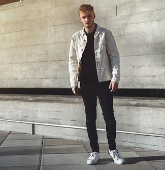 Comment porter un t-shirt à col rond noir à 20 ans: Choisis un t-shirt à col rond noir et un jean skinny déchiré noir pour une tenue relax mais stylée. Fais d'une paire de des baskets basses en toile blanches ton choix de souliers pour afficher ton expertise vestimentaire.