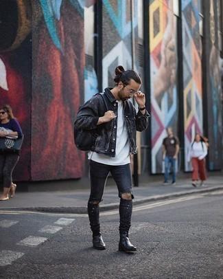 Comment porter un sac à dos en cuir noir: Porte une veste en jean gris foncé et un sac à dos en cuir noir pour une tenue idéale le week-end. Jouez la carte classique pour les chaussures et assortis cette tenue avec une paire de des bottines chelsea en cuir noires.
