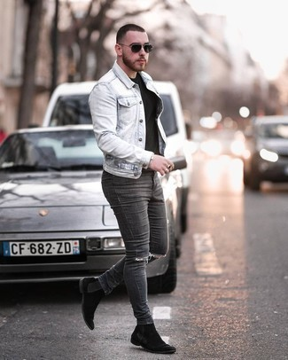 Comment porter un jean skinny déchiré gris foncé: Pense à associer une veste en jean bleu clair avec un jean skinny déchiré gris foncé pour une tenue relax mais stylée. Complète cet ensemble avec une paire de bottines chelsea en daim noires pour afficher ton expertise vestimentaire.