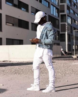 Tendances mode hommes: Associe une veste en jean bleu clair avec un jean skinny déchiré blanc pour une tenue idéale le week-end.