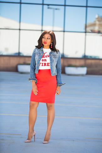 Comment porter: veste en jean bleue, t-shirt à col rond imprimé blanc et rouge, jupe crayon rouge, escarpins en cuir beiges