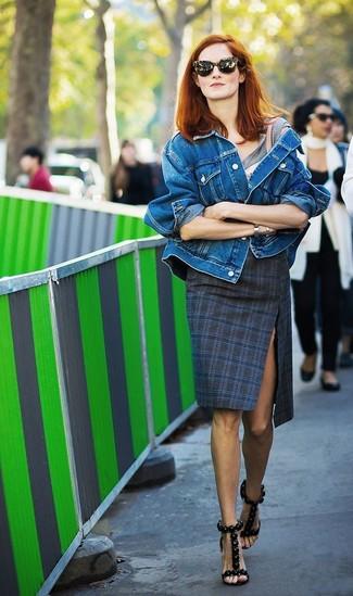 Comment porter: veste en jean bleue, t-shirt à col rond gris, jupe crayon écossaise bleu marine, sandales à talons en cuir noires