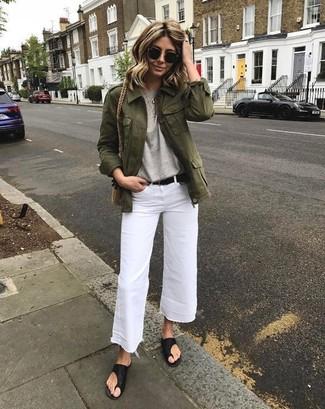 Comment porter: veste en jean olive, t-shirt à col rond gris, jupe-culotte en denim blanche, tongs en cuir noires