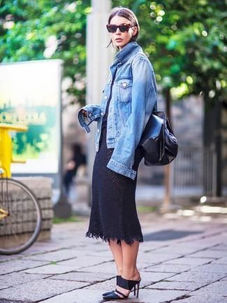 Comment porter: veste en jean bleue, t-shirt à col rond noir, jupe mi-longue en tricot noire, mules en cuir noires