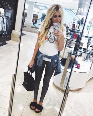 Comment porter des leggings gris foncé: Choisis une veste en jean bleu marine et des leggings gris foncé pour une impression décontractée. Cette tenue se complète parfaitement avec une paire de des sandales plates en fourrure noires.