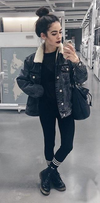 Comment porter: veste en jean noire, t-shirt à col rond noir, leggings noirs, bottines plates à lacets en cuir noires