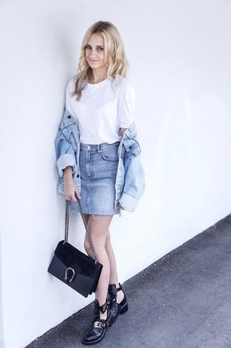Comment porter: veste en jean bleu clair, t-shirt à col rond blanc, minijupe en denim bleu clair, bottines en cuir découpées noires