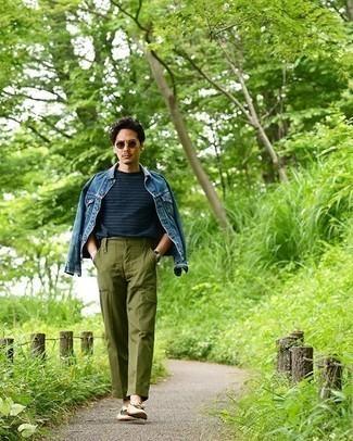 Comment porter une veste en jean bleue: Marie une veste en jean bleue avec un pantalon cargo olive pour une tenue idéale le week-end. Fais d'une paire de des mocassins à pampilles en toile beiges ton choix de souliers pour afficher ton expertise vestimentaire.