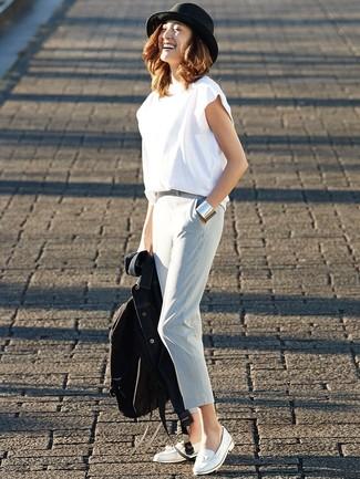 Comment porter un pantalon carotte bleu clair: Pense à marier une veste en jean bleu marine avec un pantalon carotte bleu clair pour une tenue confortable aussi composée avec goût. Habille ta tenue avec une paire de des mocassins à pampilles en cuir blancs.