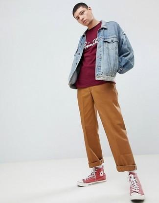 Comment porter: veste en jean bleu clair, t-shirt à col rond imprimé bordeaux, pantalon chino tabac, baskets montantes en toile rouges