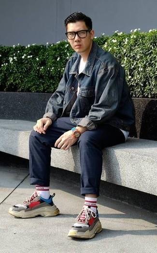 Comment porter: veste en jean bleu marine, t-shirt à col rond blanc, pantalon chino bleu marine, chaussures de sport multicolores