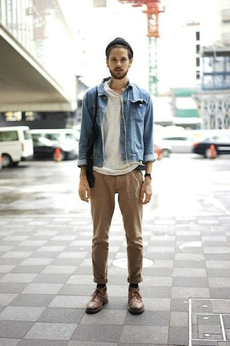 Comment porter: veste en jean bleue, t-shirt à col rond blanc, pantalon chino marron clair, bottines chukka en cuir marron