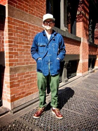 Comment porter: veste en jean bleue, t-shirt à col rond blanc, pantalon chino olive, chaussures bateau en cuir bordeaux