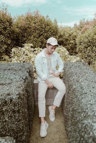 Comment porter une casquette de base-ball blanche: Porte une veste en jean blanche et une casquette de base-ball blanche pour un look idéal le week-end. Complète ce look avec une paire de des chaussures de sport beiges.