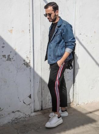 Comment porter: veste en jean bleue, t-shirt à col rond noir, pantalon chino à rayures verticales noir, baskets basses en cuir blanches