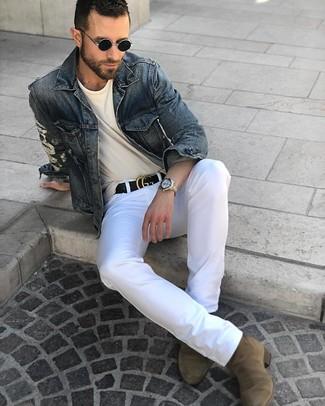 Comment porter: veste en jean bleu marine, t-shirt à col rond beige, pantalon chino blanc, bottines chelsea en daim olive