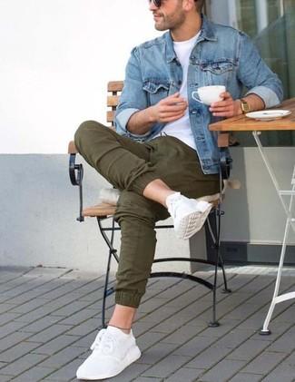 Comment porter: veste en jean bleue, t-shirt à col rond blanc, pantalon chino olive, chaussures de sport blanches