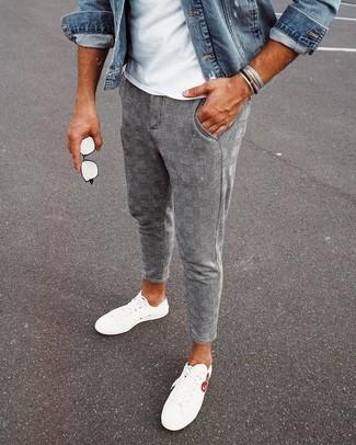 Comment porter: veste en jean bleue, t-shirt à col rond blanc, pantalon chino écossais gris, baskets basses blanches