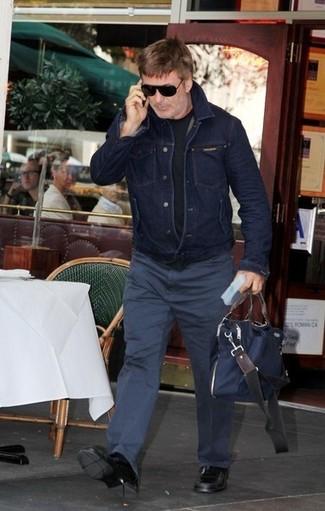 Comment porter: veste en jean bleu marine, t-shirt à col rond noir, pantalon chino bleu marine, slippers en cuir noirs
