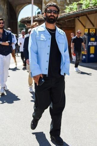 Comment porter un pantalon chino noir: Essaie d'associer une veste en jean bleu clair avec un pantalon chino noir pour affronter sans effort les défis que la journée te réserve. Jouez la carte classique pour les chaussures et termine ce look avec une paire de des chaussures derby en cuir noires.