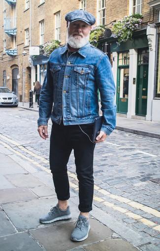 Comment porter un t-shirt à col rond bleu marine: Essaie d'harmoniser un t-shirt à col rond bleu marine avec un pantalon chino noir pour affronter sans effort les défis que la journée te réserve. D'une humeur créatrice? Assortis ta tenue avec une paire de des chaussures de sport bleu clair.