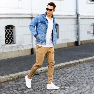 Comment porter un pantalon chino marron clair: Essaie d'associer une veste en jean bleu clair avec un pantalon chino marron clair pour une tenue confortable aussi composée avec goût. D'une humeur créatrice? Assortis ta tenue avec une paire de des baskets basses en cuir blanches.
