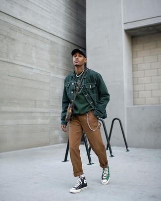 Comment porter une besace en cuir marron foncé: Opte pour une veste en jean vert foncé avec une besace en cuir marron foncé pour une tenue idéale le week-end. D'une humeur créatrice? Assortis ta tenue avec une paire de des baskets montantes en toile vert foncé.