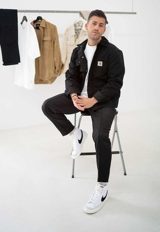 Comment porter des chaussures: Pour une tenue de tous les jours pleine de caractère et de personnalité choisis une veste en jean noire et un pantalon chino noir. Jouez la carte décontractée pour les chaussures et choisis une paire de des baskets montantes en toile blanches et noires.