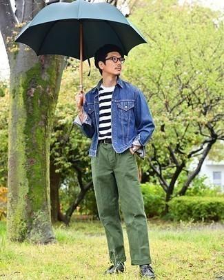Comment porter une veste en jean bleue: Marie une veste en jean bleue avec un pantalon chino vert foncé pour affronter sans effort les défis que la journée te réserve. Assortis ce look avec une paire de des bottines chukka en cuir noires.