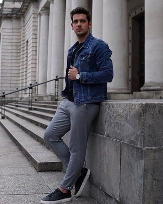Tenue: Veste en jean bleue, T-shirt à col rond noir, Pantalon chino gris, Baskets basses en cuir noires