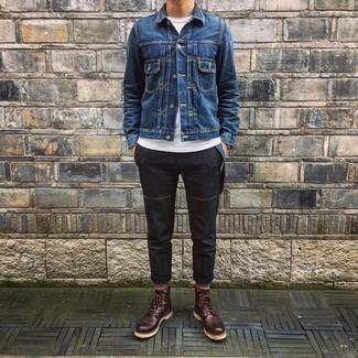 Tendances mode hommes: Pense à porter une veste en jean bleu marine et un pantalon chino noir pour un déjeuner le dimanche entre amis. Transforme-toi en bête de mode et fais d'une paire de bottes de loisirs en cuir marron foncé ton choix de souliers.
