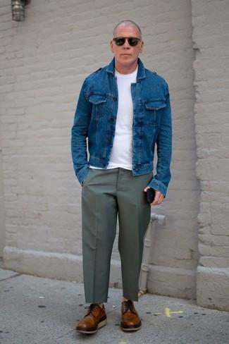Comment porter: veste en jean bleue, t-shirt à col rond blanc, pantalon de costume olive, chaussures derby en cuir marron