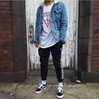 Comment porter: veste en jean bleue, t-shirt à col rond imprimé blanc, pantalon de jogging à rayures verticales noir et blanc, baskets basses noires